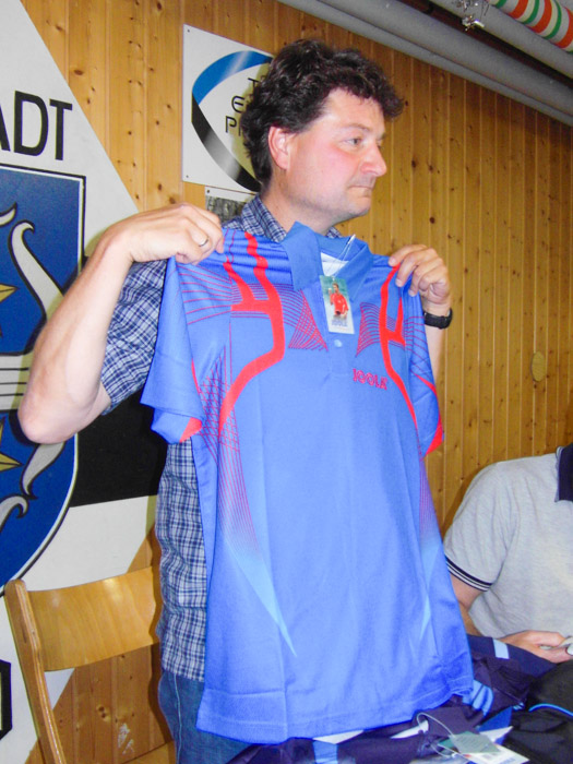Markus präsentiert das neue Trikot
