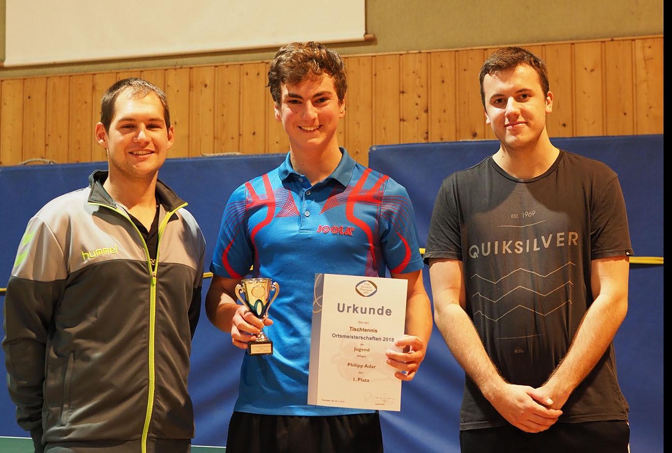 PascalDilger, Titelverteidiger Philipp Adar und Moritz Fleischmann bei den Tischtennis Ortsmeisterschaften Jugend 2018/19